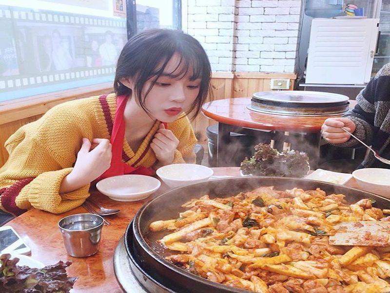 Ăn đồ cay nóng mà không lo nổi mụn, bí quyết là gì?