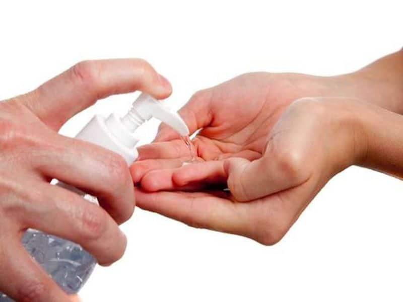 Da tay khô ráp vì sử dụng xà phòng diệt khuẩn thường xuyên, bạn phải làm gì?